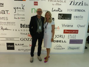 Veranstalter Stephan Sonn und Tanja Helgert vor der Tafel mit den Namen der Aussteller. Foto © Rose Wagner