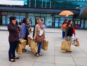 Primark-Einkäuferinnen, Berlin- Alexanderplatz. Foto © Rose Wagner