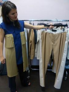 Eugenie Schmidt im Upcycling-Kleid zeigt Hosen aus der neuen Kollektion. Foto © Rose Wagner