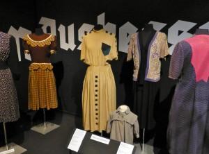 """""""Notkleider"""" in der Ausstellung """"Glanz und Grauen. Mode im ´Dritten Reich`"""",  Industriemuseum Ratingen, August 2012. Foto © Rose Wagner"""