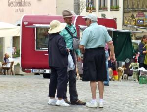 Ältere Touristen in Turnschuhen, Rothenburg ob der Tauber,  Juni 2014. Foto © Rose Wagner