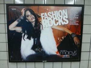 Werbeplakat für das Fashion-Rocks-Konzert in einer Metrostation. Foto © Rose Wagner