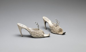 Roger Vivier für Haus Dior. Abendsandalette aus Seide, Metall, Synthetik, Glas, 1960. The Metropolitan Museum of Art. Foto © Metropolitan Museum of Art / Brooklyn Museum