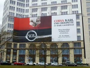 Werbung am Potsdamer Platz für den neuen Opel Corsa mit Karl Lagerfelds Katze. Foto © Rose Wagner