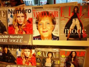 """Modemagazine bei """"Relay"""" im Flughafen Charles de Gaulle.  Foto © Rose Wagner"""
