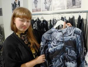 Inna Stein mit Print-Jacke.  Foto © Rose Wagner
