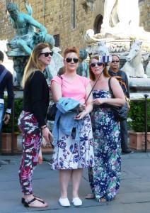 Touristinnen beim Selfie vor dem Neptun-Brunnen. Foto © Rose Wagner