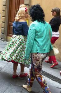 Petticoat mit typisch stilisiertem Blumenmuster der 1950er Jahre auf der Via della Spada. Foto © Rose Wagner