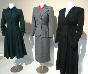 Links grünes Kleid, De Lennart, 1950,  Mitte, graues Kostüm, De Lennart, 1949, rechts vom Brautkleid zum Tanzkleid umgefärbtes Modell, 1943, Angela Hauslbauer, Sammlung TIM. Foto © Rose Wagner