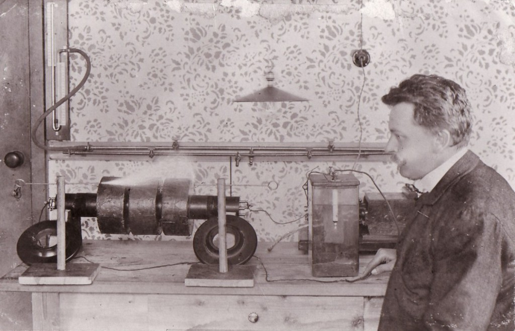 Daniel Swarovski mit Kristallschleifmaschine, 1892. Foto © Swarovski