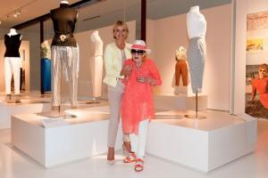 Sonja De Lennart mit früherer Kundin Uschi Glas bei der Ausstellungseröffnung, Juli 2015.  Foto © Sascha Schneider / TIM