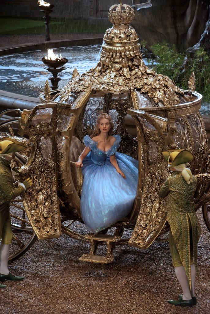 Lily James in Kleid von Sandy Powell, bestickt mit mehr als 10.000 Swarovski-Kristallen. Foto © Disney Enterprises Inc. / Swarovski
