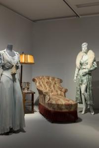 Kunstseideneinteiler, um 1931/33, und pelzverbrämtes Negligé, um 1938.  Foto © Münchner Stadtmuseum