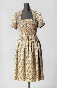 Festtagskleid im Dirndl-Stil, Wallach,  um 1938. Foto © Münchner Stadtmuseum. Scan aus dem Begleitbuch