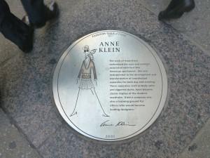 Plakette für Anne Klein auf dem Fashion Walk of Fame. Foto © Rose Wagner