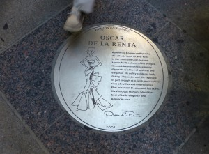 Plakette für Oscar de la Renta auf dem Fashion Walk of Fame.  Foto © Rose Wagner