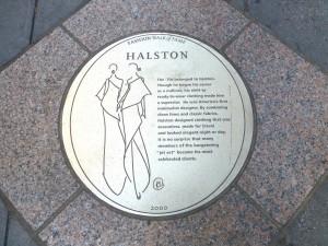 Plakette für Halston auf dem Fashion Walk of Fame.  Foto © Rose Wagner