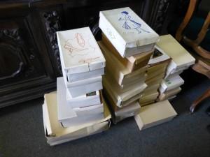 Kartons mit Schuhen von Salamander, VEB Bella und VEB Goldpunkt, die dem Museum in den letzten Jahren geschenkt wurden. Foto © Rose Wagner