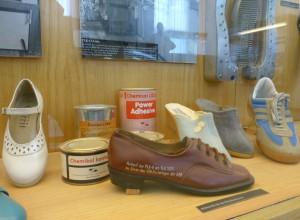 Schuhe und Klebemittel. Foto © Rose Wagner