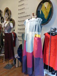 Blick in den Verkaufsraum. Im Vordergrund das Sonia-Kleid, aus der Kollektion Dating UP Some Pioneers, Frühjahr / Sommer 2016