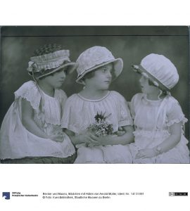 Atelier Becker und Maass, Mädchen mit Hüten von Arnold Müller, um 1921. Foto © Kunstbibliothek Staatliche Museen zu Berlin