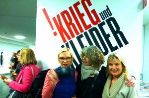 Gruppen-Selfie bei der Eröffnung der Ausstellung Krieg und Kleider, 2014. Foto © Rose Wagner