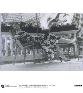 Imre von Santho, Frau in Kleid von Behmer, 1936. Foto © Kunstbibliothek Staatliche Museen zu Berlin