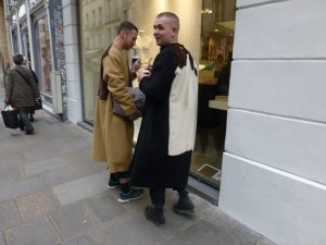 Flaneure auf der Rue du Faubourg Saint-Honoré, Paris, vor der Boutique Colette. Foto © Rose Wagner