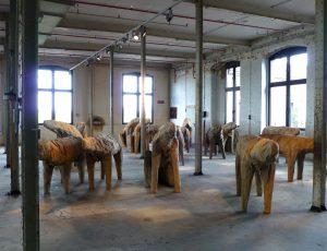 Tierwesen? Skulpturen von Magdalena Abakanowicz im TextilWerk Bocholt, 2012. Foto © Rose Wagner