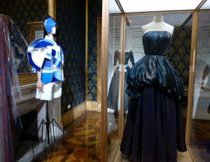 Blautöne: von links nach rechts: Junya Watanabe für Comme des Garçons, 2015; Christian Dior 1955; Elsa Schiaparelli 1947-1948
