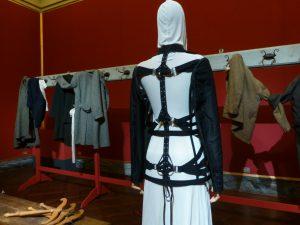 Saal Clothes hanging, waiting, im Vordergrund Modell von Jean-Paul Gaultier, 1990