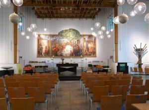 """Martin-Luther-Kirche, Berlin-Neukölln, im Hintergrund Gemälde """"Das Neuköllner Abendmahl"""", rechts hinten Kanzel mit Antependium. Foto © Rose Wagner"""