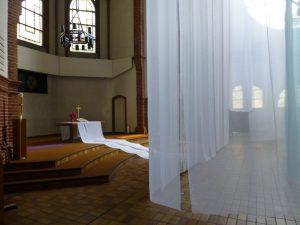 Stoffbahn zum Altar. Foto © Rose Wagner