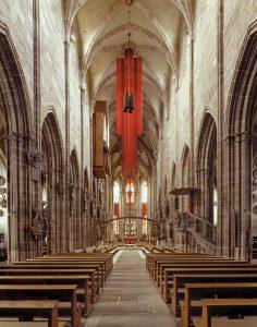 """Lorenzkirche, Nürnberg, Installation von 7 Raumelementen, die den """"Geist"""" der Kirche versinnbildlichen sollen. Entwurf Beate Baberske, Ausführung Paramentik Diakonie Neuendettelsau. Foto © Beate Baberske"""