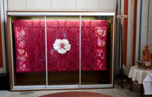 Altar-Antependium für die Schlosskirche zu Wittenberg, gelagert in der Sakristei, bis die Zeit für die liturgische Farbe Rot wiederkommt. In der Mitte das Lutherkreuz, Symbol des Reformators. Foto © Rose Wagner