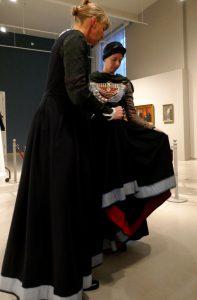 Helga Wögens, links, im Pai mit hellblauem Saumbesatz, innen mit rotkariertem Stoff gegengesäumt. Foto © Rose Wagner
