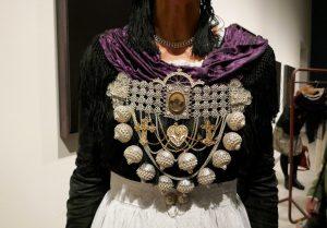Brustkette aus Silber von Helga Wögens mit Symbolen der Christlichen Seefahrt: Kreuz, Herz und Anker, sie stehen für Glaube, Liebe, Hoffnung