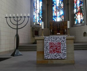 Altar-Antependium mit QR-Code. Ausführung Paramentenwerkstatt Kloster St. Marienberg. Foto © Rose Wagner