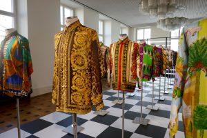 """Blick in den Saal """"Uniforms"""", 30 Versace-Seidenhemden aus den 1990er Jahren. Foto © Rose Wagner"""