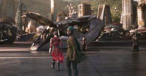 Skyline in Wakanda. Im Vordergrund Geheimagentin Nakia (Lupita Nyong'o). Foto © Marvel