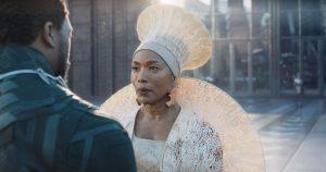Königinmutter Ramonda (Angela Bassett) mit Kopfschmuck à la Winnie Mandela nach Zulu-Art. Foto © Marvel