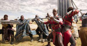 Im Hintergrund Hirten mit Vibranium-besetzten Umhängen. Vorne rechts Mitglieder der königlichen Leibgarde. Foto © Marvel