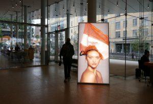 Hinweis auf die Ausstellung im Foyer des Museums. Foto © Rose Wagner