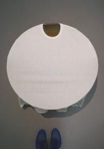 """Michael E. Smith """"Fat Albert"""", Rührschüssel überspannt mit T-Shirt, 2013, Sammlung Oehmen. Foto © Rose Wagner"""