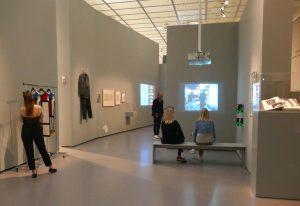 """Themensaal """"Mode und Öffentlichkeit"""", links Installation """"Mondrian dress rack"""" von Sylvie Fleury. Foto © Rose Wagner"""