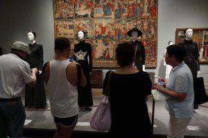 Fotografierende Besucher vor Modellen, die der Soutane nachempfunden sind. Foto © Rose Wagner