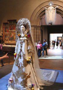Christian Lacroix, Brautkleid, 2007/8, Rosen als Symbol für die über den Tod hinausgehende Liebe. Foto © Rose Wagner