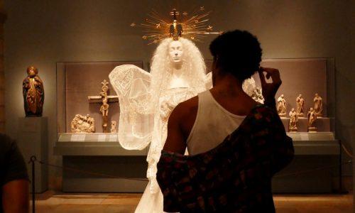 Zum Anbeten schön: Haute Couture und sakrale Kunst