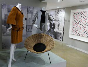 """Modelle von Mary Quant, 1962-1963; """"Cone chair"""", Terence Cochran, 1953; Fotoporträt Cochrans von Nigel Henderson, ca. 1952, Baumwollstoff """"Chequers"""" von Cochran, 1949. Foto © Rose Wagner"""