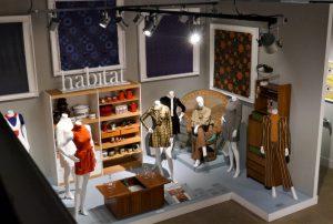 """Installation """"Habitat"""" mit Original-Möbeln und Haushaltswaren von Conran sowie Mary-Quant-Modellen, ca. 1965-1969. Foto © Rose Wagner"""